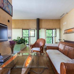 セビリアの中サイズのトロピカルスタイルのおしゃれなLDK (フォーマル、黄色い壁、濃色無垢フローリング、暖炉なし、壁掛け型テレビ) の写真