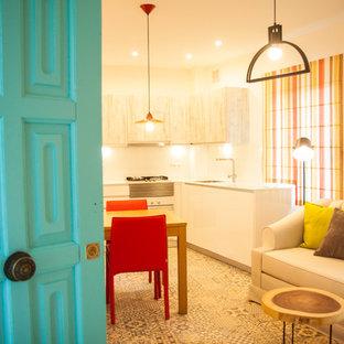 マラガの小さい地中海スタイルのおしゃれなLDK (ベージュの壁、セラミックタイルの床、マルチカラーの床) の写真