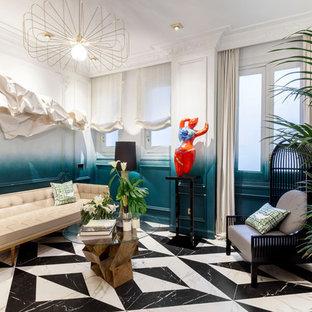 Imagen de salón para visitas cerrado, bohemio, sin chimenea y televisor, con paredes multicolor y suelo multicolor