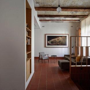 Foto di un soggiorno mediterraneo aperto con pareti bianche, pavimento rosso e soffitto a cassettoni