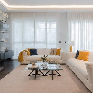 Imagen de salón contemporáneo, sin televisor, con paredes blancas, chimenea lineal y marco de chimenea de metal