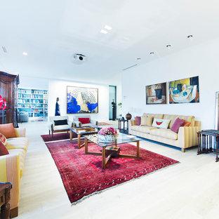 Foto de salón abierto, ecléctico, grande, sin televisor, con paredes blancas y suelo de madera clara