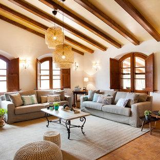 Ejemplo de salón para visitas abierto, mediterráneo, grande, sin chimenea y televisor, con paredes beige, suelo marrón y suelo de baldosas de cerámica