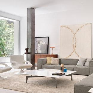 Modelo de salón abierto, contemporáneo, grande, con paredes blancas y suelo beige