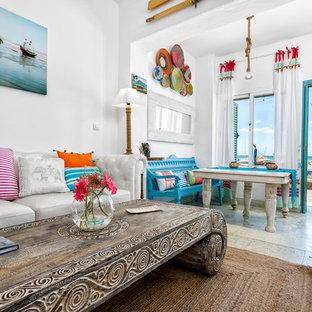 Idee per un soggiorno tropicale di medie dimensioni e aperto con pareti bianche, nessun camino, nessuna TV e sala formale