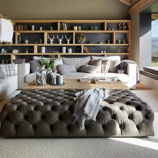 Diseño de salón abierto, campestre, grande, con suelo de madera clara, paredes grises y suelo marrón