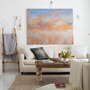 マラガの中サイズの地中海スタイルのおしゃれな独立型リビング (フォーマル、白い壁、磁器タイルの床、暖炉なし、テレビなし) の写真