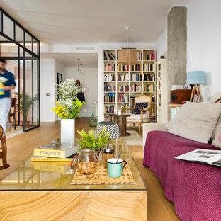Diseño de biblioteca en casa abierta, contemporánea, de tamaño medio, con paredes blancas y suelo de madera en tonos medios