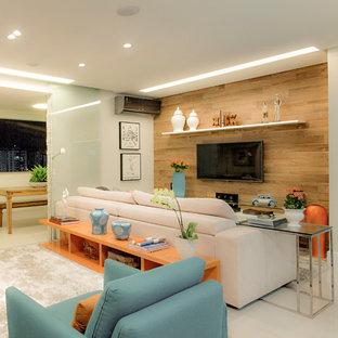 Imagen de salón para visitas actual con paredes marrones, suelo de baldosas de porcelana, televisor colgado en la pared y suelo blanco