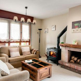 Foto di un soggiorno country di medie dimensioni e aperto con pareti beige, pavimento in legno verniciato, camino classico, cornice del camino in mattoni e nessuna TV
