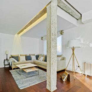 Diseño de salón para visitas abierto, actual, de tamaño medio, sin chimenea, con paredes blancas y suelo de madera en tonos medios