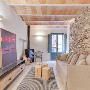 Imagen de salón mediterráneo, de tamaño medio, sin televisor, con paredes blancas, suelo de cemento, estufa de leña y suelo gris
