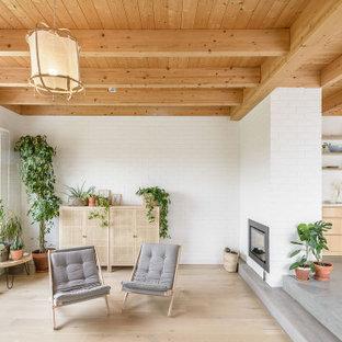 Imagen de salón para visitas abierto, madera y ladrillo, contemporáneo, de tamaño medio, ladrillo, sin televisor, con paredes blancas, suelo de madera clara, chimenea tradicional, marco de chimenea de ladrillo, suelo beige y ladrillo