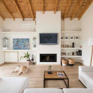 Imagen de salón madera, mediterráneo, con paredes blancas, suelo de madera en tonos medios, chimenea lineal, televisor colgado en la pared y suelo marrón
