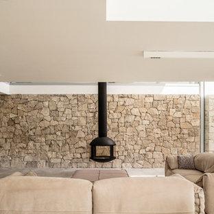 Foto de salón moderno con paredes beige, chimeneas suspendidas y suelo gris
