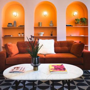 Ejemplo de salón para visitas contemporáneo, grande, con paredes rosas y suelo multicolor
