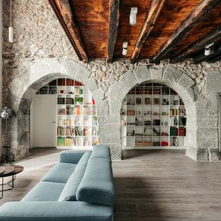 Foto de biblioteca en casa abierta, rústica, con paredes blancas y suelo marrón