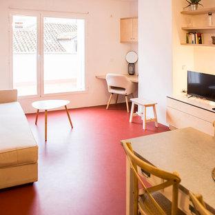 Idee per un soggiorno minimalista di medie dimensioni e stile loft con pareti bianche, pavimento in cemento, TV autoportante, pavimento rosso e libreria