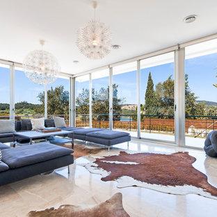 Modelo de salón minimalista con suelo beige