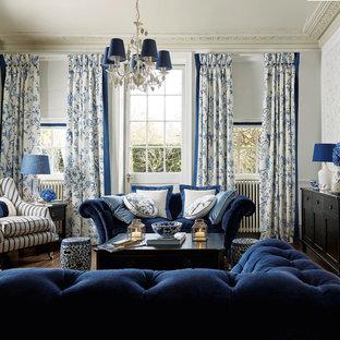 Immagine di un soggiorno classico chiuso e di medie dimensioni con sala formale, pareti bianche, nessuna TV, parquet scuro e nessun camino