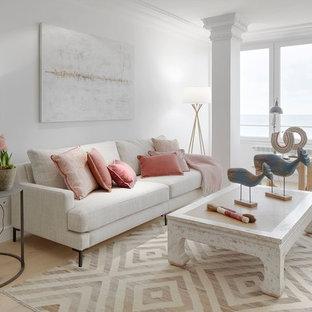 Modelo de salón marinero, de tamaño medio, con paredes blancas, suelo de madera clara y suelo beige