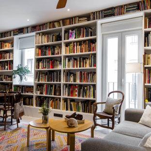 Foto de biblioteca en casa ecléctica con paredes blancas y suelo beige