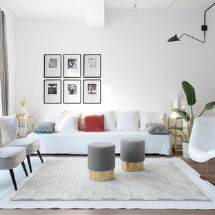Imagen de salón abierto, contemporáneo, con paredes blancas, suelo de madera oscura y suelo marrón