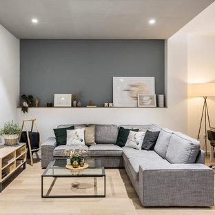 Imagen de salón abierto, contemporáneo, de tamaño medio, con paredes grises, suelo de madera clara y suelo beige