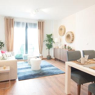 Diseño de salón para visitas abierto, marinero, con paredes blancas, suelo de madera en tonos medios y suelo marrón