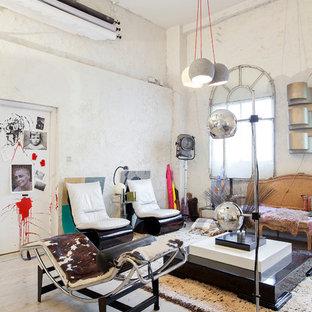 Ejemplo de salón para visitas abierto, ecléctico, de tamaño medio, sin chimenea y televisor, con paredes blancas y suelo de madera clara