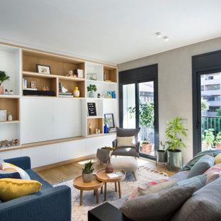 Modelo de salón contemporáneo con paredes grises, suelo de madera en tonos medios, televisor retractable y suelo marrón