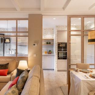 Mittelgroße, Offene Moderne Bibliothek ohne Kamin mit grauer Wandfarbe, Laminat, braunem Boden, eingelassener Decke und Tapetenwänden in Bilbao