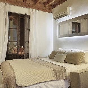 Ispirazione per un piccolo soggiorno mediterraneo aperto con pareti bianche, pavimento marrone, sala formale, pavimento in gres porcellanato e TV autoportante