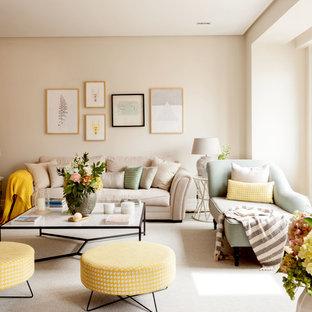 Ejemplo de salón para visitas abierto, clásico renovado, de tamaño medio, sin chimenea, con paredes beige