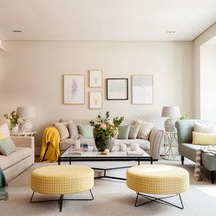 Modelo de salón para visitas abierto, clásico renovado, de tamaño medio, sin chimenea, con paredes beige, suelo de madera clara y suelo beige