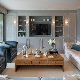 Ejemplo de salón con barra de bar abierto, clásico renovado, grande, sin chimenea, con paredes grises, suelo de madera en tonos medios, pared multimedia y suelo marrón