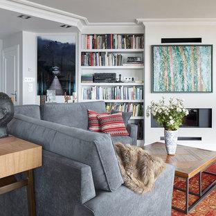 Modelo de salón abierto, tradicional renovado, con paredes blancas, suelo de madera clara, chimenea lineal y suelo beige