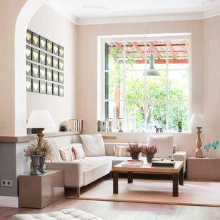Diseño de salón para visitas abierto, clásico renovado, de tamaño medio, sin chimenea y televisor, con suelo de madera clara, paredes beige y suelo beige