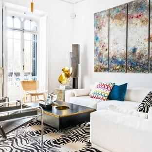 Ejemplo de salón abierto, bohemio, con paredes blancas y suelo de madera en tonos medios