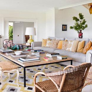 Modelo de salón ecléctico con paredes blancas y suelo beige