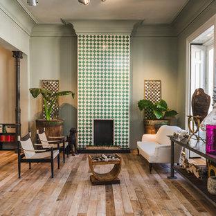 Foto de salón para visitas abierto, ecléctico, de tamaño medio, sin televisor, con paredes verdes, suelo de madera en tonos medios y chimenea tradicional