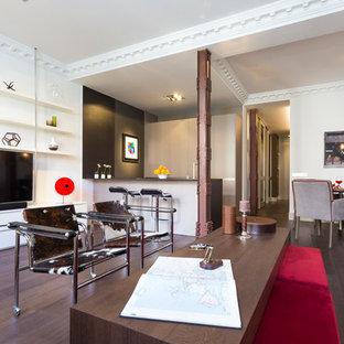 Diseño de salón abierto, contemporáneo, de tamaño medio, con paredes blancas, suelo de madera oscura, televisor independiente y suelo marrón