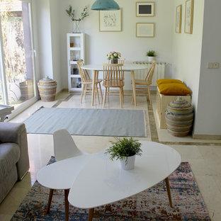 Foto di un piccolo soggiorno scandinavo chiuso con pareti grigie, pavimento in marmo, parete attrezzata e pavimento beige