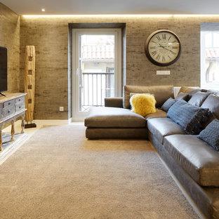 Modelo de salón abierto, actual, grande, con paredes grises