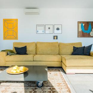 マラガの中くらいのコンテンポラリースタイルのおしゃれなLDK (フォーマル、白い壁、セラミックタイルの床、標準型暖炉、据え置き型テレビ) の写真