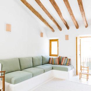 Foto de salón abierto, mediterráneo, con paredes blancas y suelo blanco
