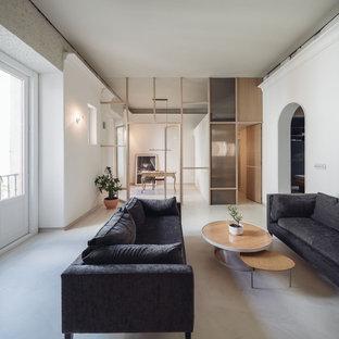 Foto de salón abierto, moderno, de tamaño medio, con suelo de cemento, suelo beige y paredes blancas