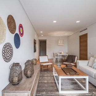 Foto di un piccolo soggiorno nordico chiuso con sala formale, pareti bianche, pavimento in legno massello medio, nessun camino e nessuna TV