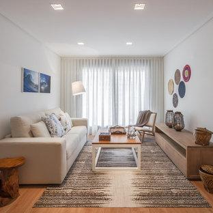 Modelo de salón para visitas cerrado, mediterráneo, pequeño, sin chimenea y televisor, con paredes beige y suelo de madera en tonos medios