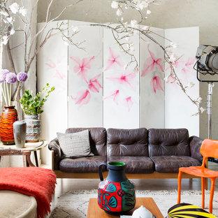 Foto de salón ecléctico con paredes beige y suelo de madera clara